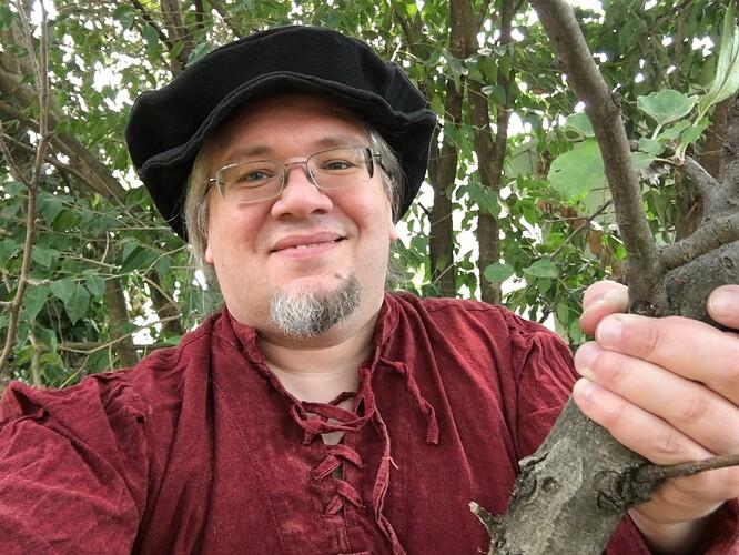 roderago_climbs_a_tree